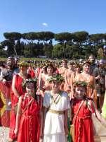 Auf dem Gelände des antiken Circus Maximus stellen sich die Teilnehmergruppen auf