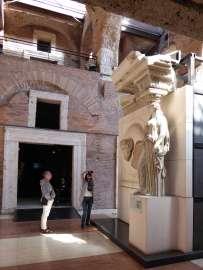 Karyatide und Teile des Reliefschildes mit einer Büste des Zeus Ammon aus dem Mars-Ultor-Tempel des Augustus-Forum