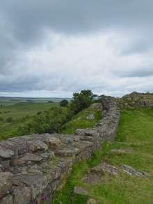 Für den Bau des Hadrianswall wurde das Bauvorhaben in einzelne Gewerke unterteilt und verschiedenen Einheiten der römischen Armee zugewiesen. Nach Fertigstellung meißelten die jeweiligen Centurien ihre Namen in einen der Steine.