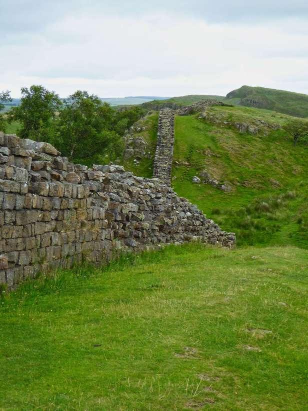 Hinter dem Römischen Armeemuseum beim ehemaligen Kastell Magnis (heute Carvoran) zieht sich der Hadrianswall entlang der Hänge von Whin Sill. Der am besten erhaltene Teil der Mauer ist hier noch 2 Meter hoch.