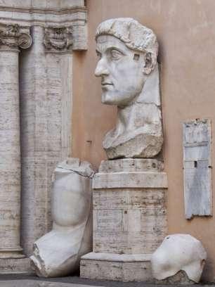 Kopf der marmornen Kolossalstatue Kaiser Konstantins
