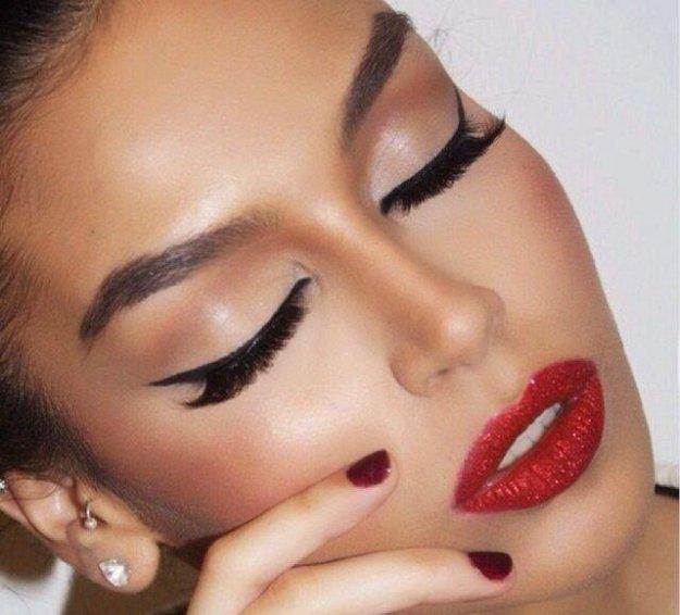 kedi-gozu-eyeliner-ve-kirmizi-ruj-trendleri-2015