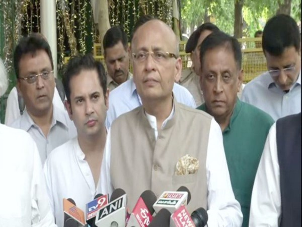 Cong delegation meets EC, demands ban on PM Modi from campaigning