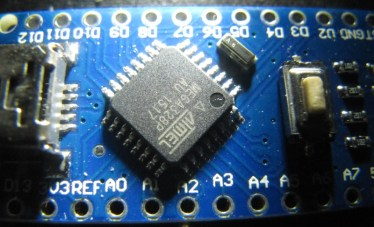 Gros plan sur le ATMega328p de surface d'un clone chinois d'Arduino Nano V3
