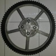 Roue de R.Ian avec pneu et fixation de servomoteur (composant de R.Ian).