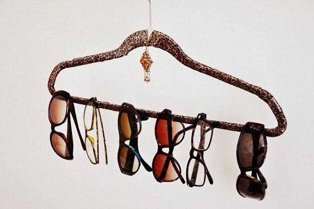 Хранение вещей в шкафу: вешалка для очков
