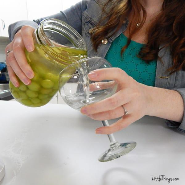 Спустя время вытащите из банки виноград, но вино не выливайте - оно прекрасно подойдет к этому лакомству виноград, десерт, рецепт
