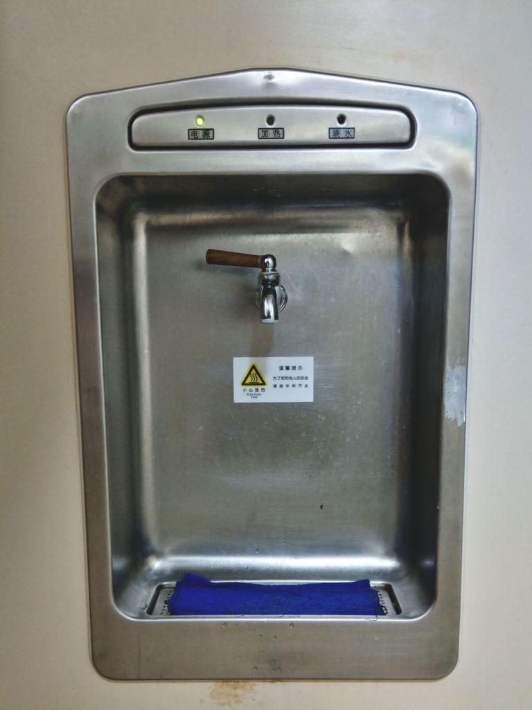 Dystrybutor gorącej wody. Chińczycy piją gorącą wodę.