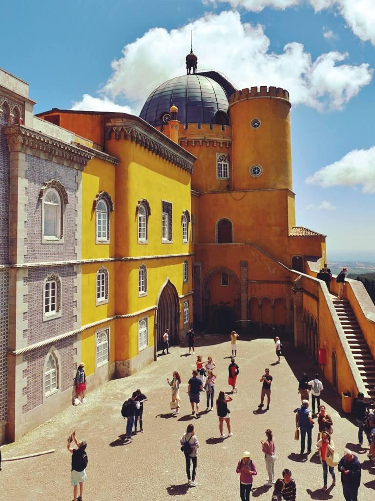 Widok na pałac Pena w Portugalii.