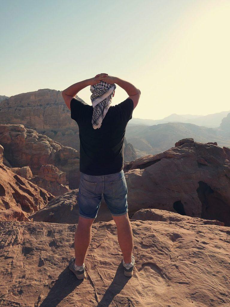 Bloger podróżniczy podziwia widok na jordańską pustynię.