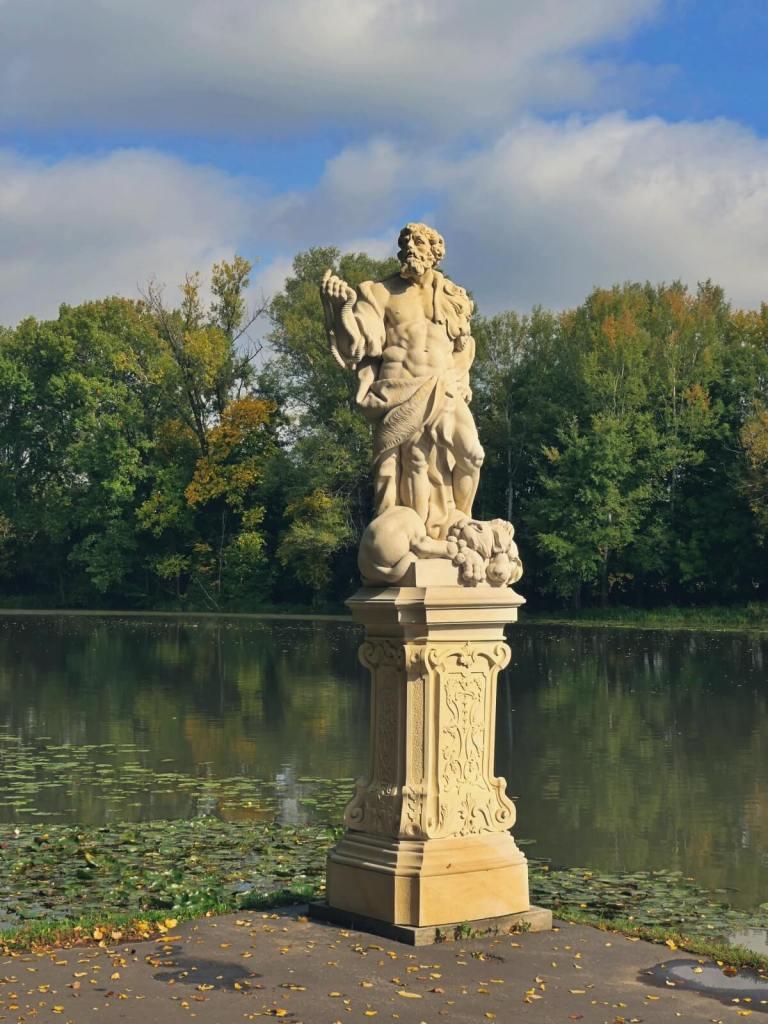 Rzeźby z ogrodów pałacu królewskiego w Wilanowie.