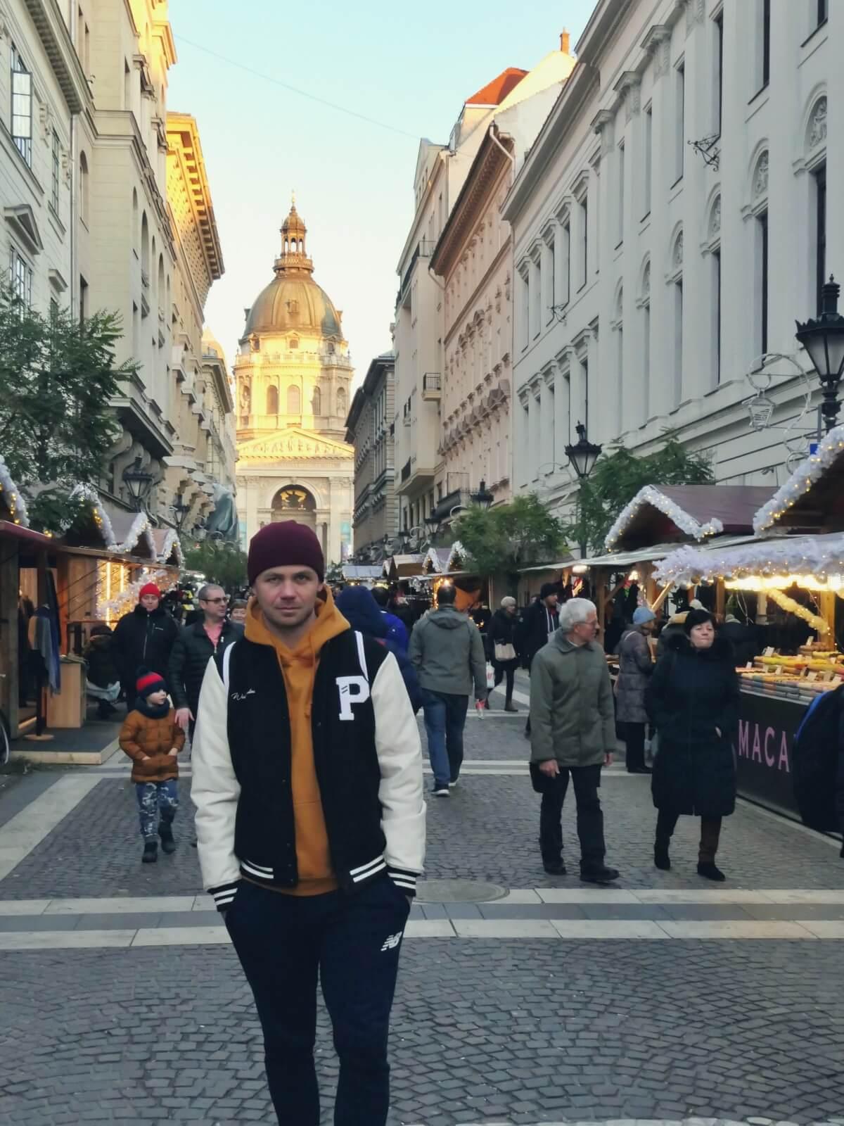 Bloger podróżniczy przed katedrą św. Stefana w Budapeszcie.
