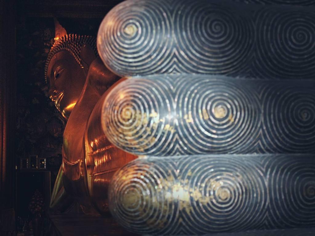 Leżący, złoty Budda z świątyni Wat Pho. Bangkok, Tajlandia.