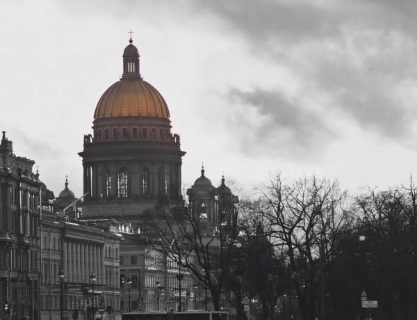 Zota kopuła z katedry św. Izaaka w Petersburgu.