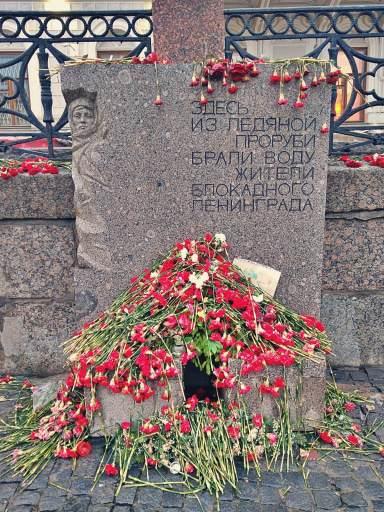 Kwiaty na pomniku upamiętniającym ofiary oblężenia Leningradu.
