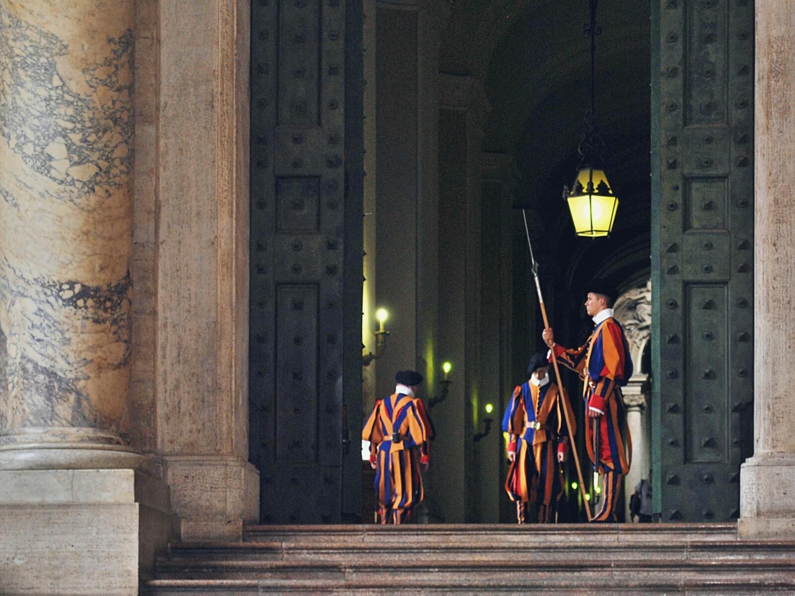 Gwardia szwajcarska przy Brązowych drzwiach w Watykanie.