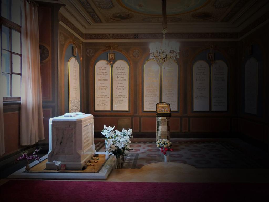 Groby zamordowanych cara Mikołaja  II Romanowa, jego żony i dzieci.