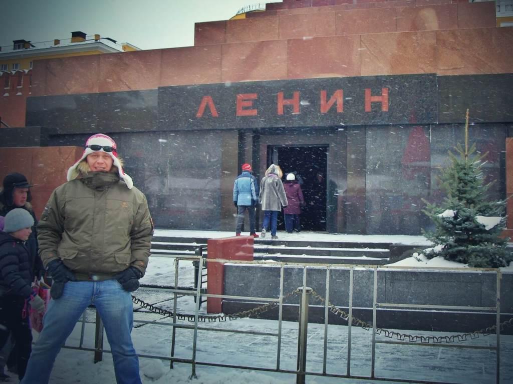Bloger podróżniczy pozujący przy mauzoleum Lenina w Moskwie.