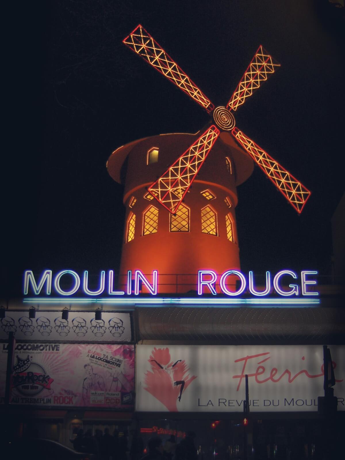 Czerwony wiatrak jest symbolem paryskiego Moulin Rouge.
