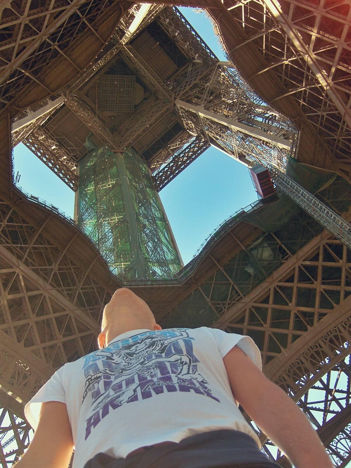 Bloger podróżniczy podziwia wieżę Eiffla.