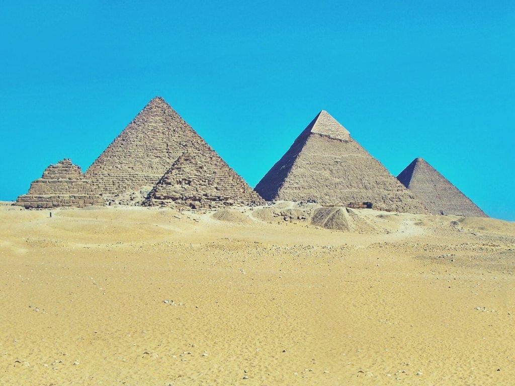 Egipskie piramidy w Gizie.