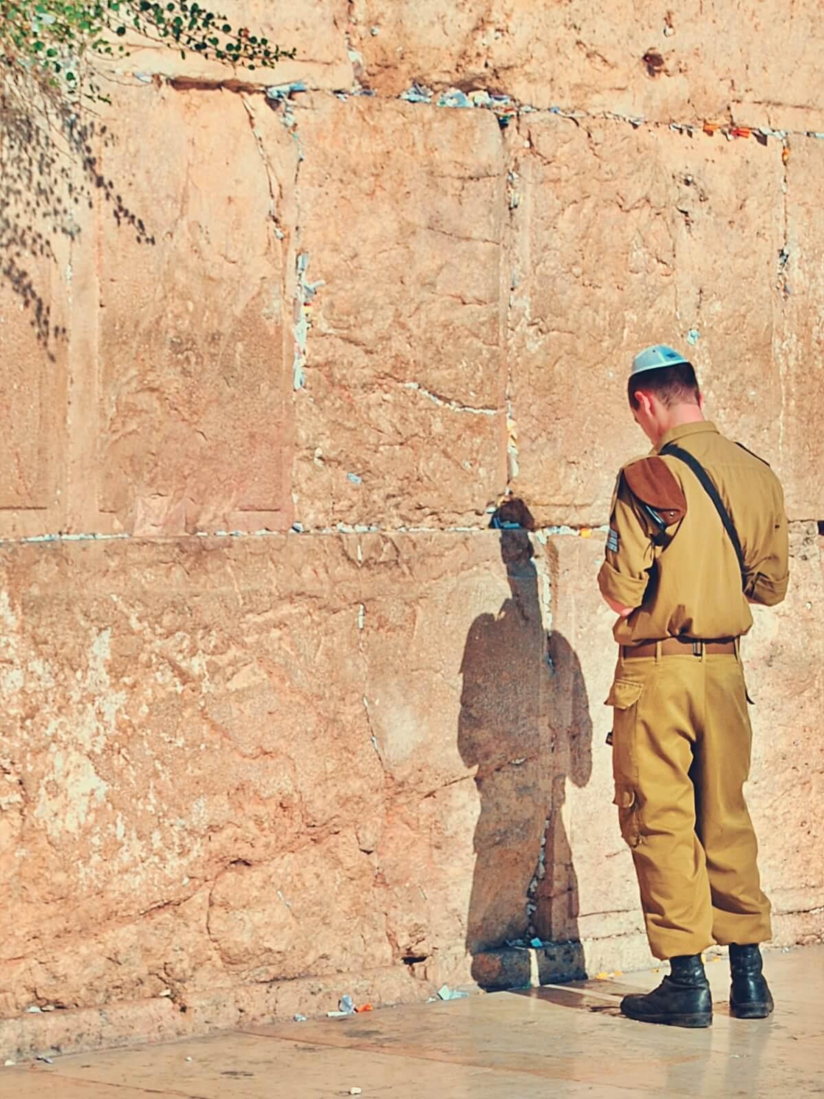 Żyd modlący się przy Ścianie Płaczu w Jerozolimie.