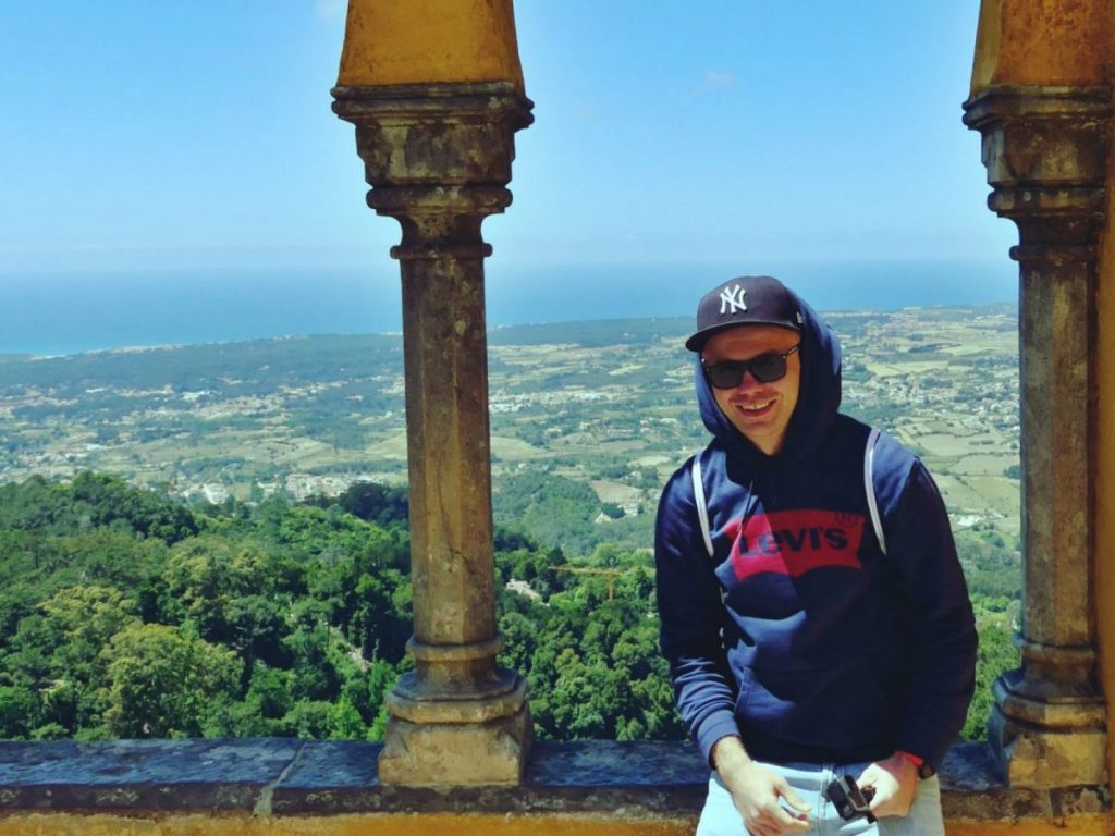 Bloger podróżniczy w Sintrze w Portugalii.