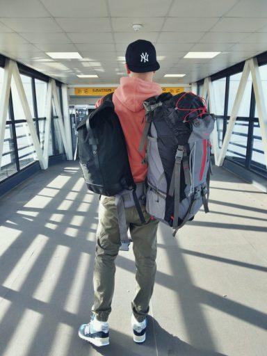 Bloger podróżniczy gotowy na kolejną wyprawę.
