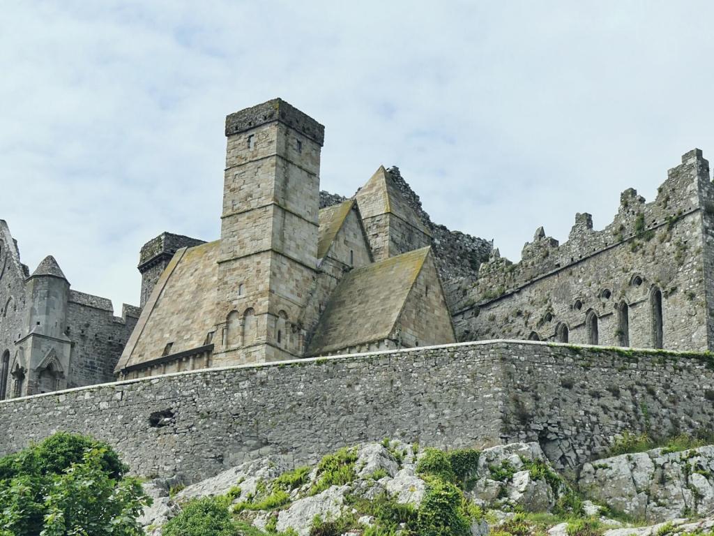 Podróżując po Irlandii warto zobaczyć Rock of Cashel.