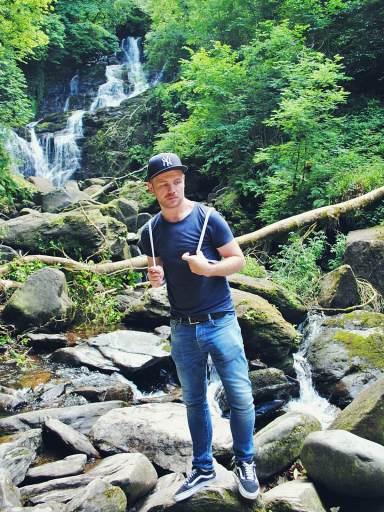 Pasjonata podróży nad wodospadem Torc w Killarney. Irlandia.