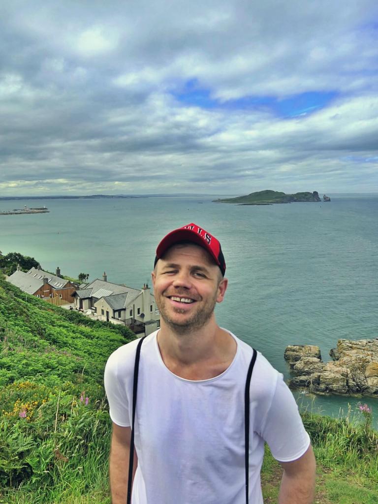Bloger podróżniczy na klifch w Howth w Irlandii.