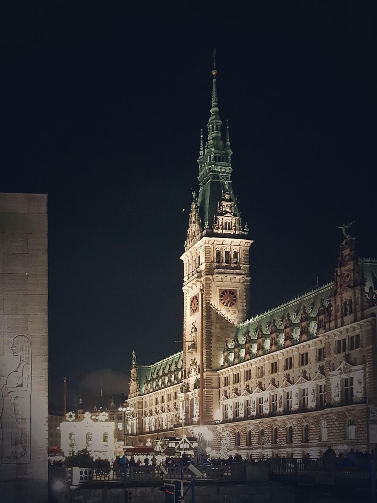 Ratusz w Hamburgu nocą.