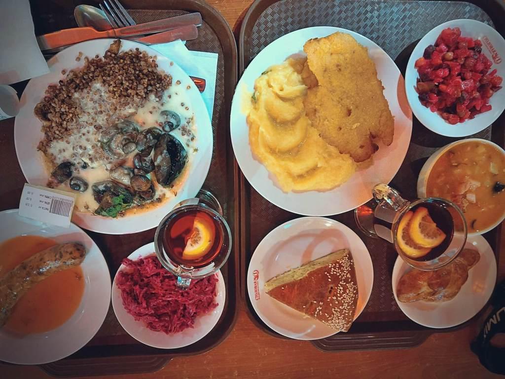 Rosyjskie jedzenie serwowane w popularnych restauracjach.