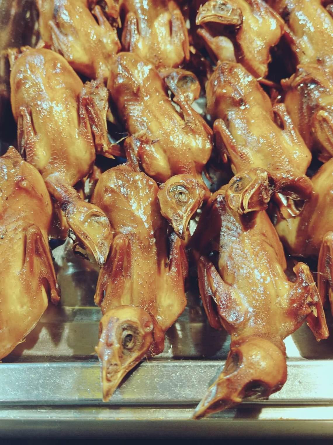 Smażone kurczaki na chińskim targu.