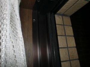 戸当たり左側「すきまテープ」屋外側にも
