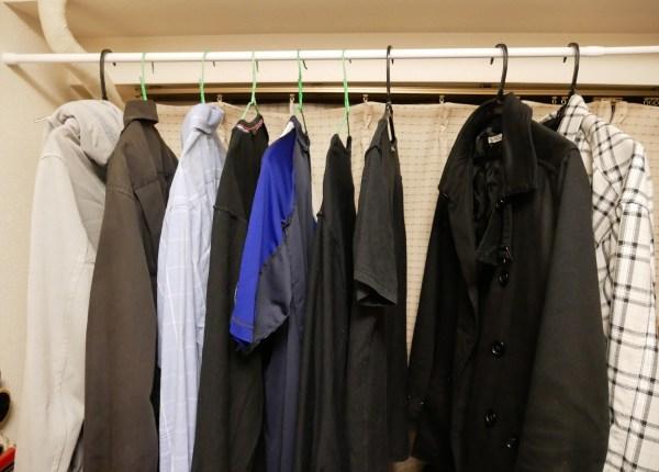 【ダイソー購入品】税抜き200円の伸縮式つっぱり棒でクローゼットに入りきらない服を整理してみた【スペースの有効活用】