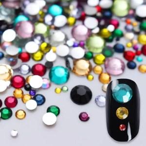 Įvairių dydžių spalvoti nagų dailės akmenukai