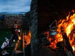 Kochen am Lagerfeuer spart nicht nur Gas - es ist aber auch einfach schön!