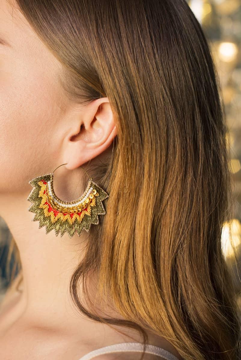 Boucles d'oreilles brodées Maria | Mousse/Corail | Photo 1