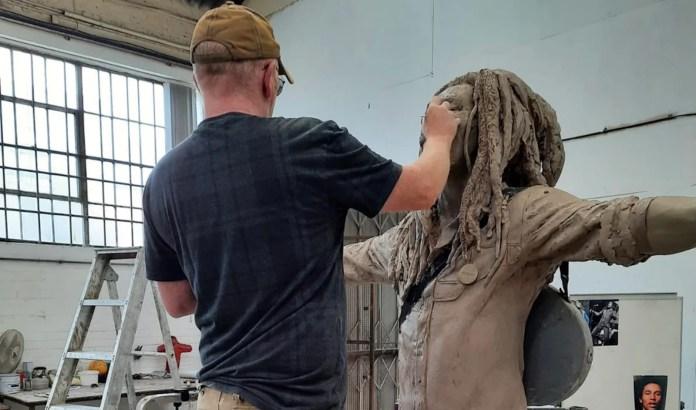 Foto da estátua de bronze de Bob Marley