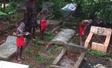 SHOCKING!! See Video Of Suspected Yahoo Boys Bathing At A Cemetery While Chanting Incantations