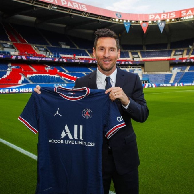 It's official, Messi has been introduced absolutely as a PSG player