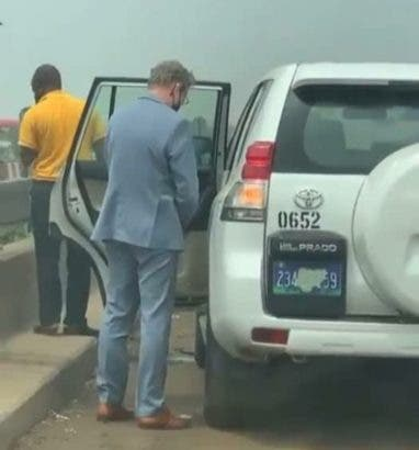 Diplomat filmed peeing on the road in Nigeria (video)