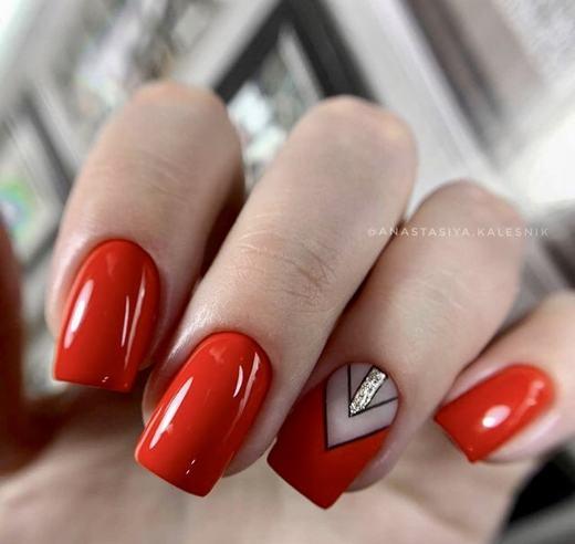 Новомодный красный маникюр 2021-2022: стильные новинки дизай - 125