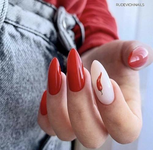 Новомодный красный маникюр 2021-2022: стильные новинки дизай - 41