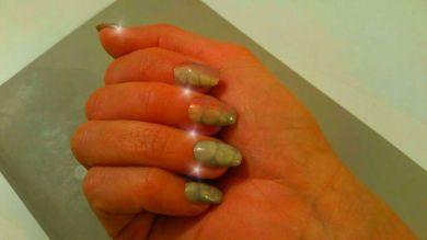 Nail art effetto tartaruga o serpente, base con sfumature grigio, viola e beige