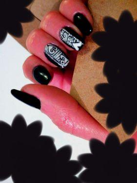 Nail art design con colore nero, styline e disegno con motivi di San Valentino