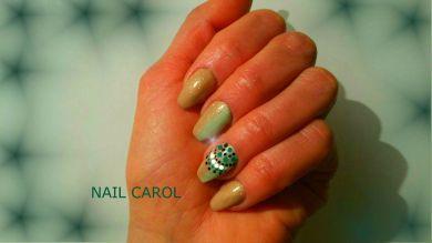 Nail art shade, verde e beige con decorazione con puntini