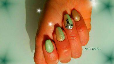 Nail art sfumatura con verde e beige, creazione di gioiello con degli strass e borchie
