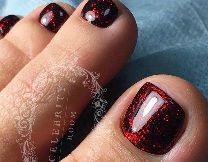 Ногти с красным блестками